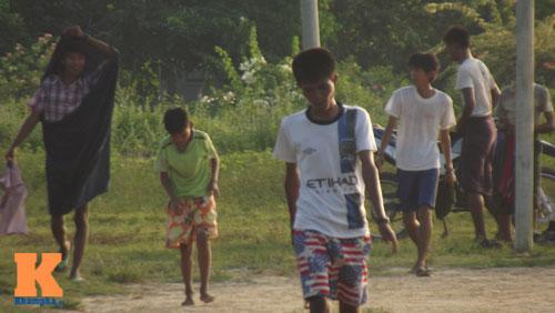 Thanh niên Myanmar mặc váy đá bóng cạnh...đàn trâu - 2