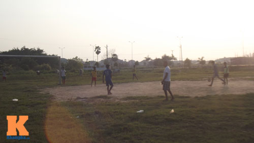 Thanh niên Myanmar mặc váy đá bóng cạnh...đàn trâu - 6