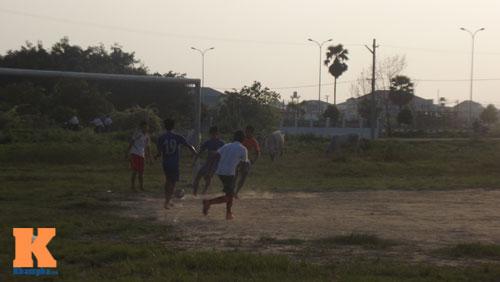 Thanh niên Myanmar mặc váy đá bóng cạnh...đàn trâu - 7