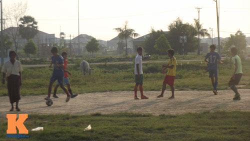 Thanh niên Myanmar mặc váy đá bóng cạnh...đàn trâu - 4