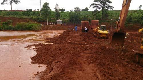 Lâm Đồng: Nước bùn đỏ tràn ra khỏi hồ không độc hại - 1