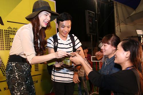 Hà Hồ khéo léo khiến hàng trăm fan phấn khích - 3