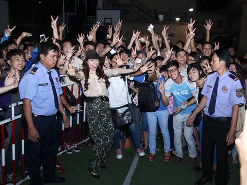 Hà Hồ khéo léo khiến hàng trăm fan phấn khích - 5