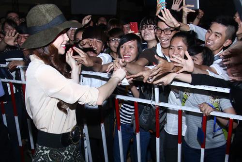 Hà Hồ khéo léo khiến hàng trăm fan phấn khích - 4