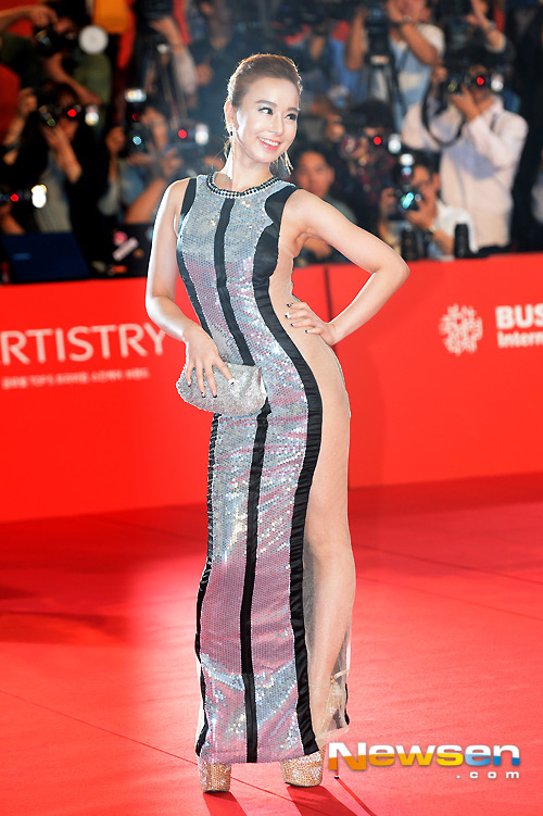 """Kiều nữ """"mặc như không"""" trên thảm đỏ LHP Busan - 6"""