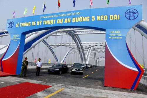 Hà Nội: Thông xe cầu vòm thép trên đường 5 kéo dài - 1