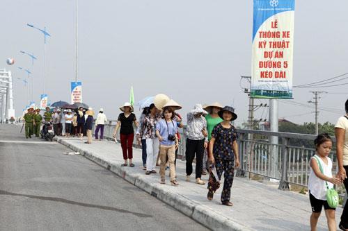 Hà Nội: Thông xe cầu vòm thép trên đường 5 kéo dài - 14