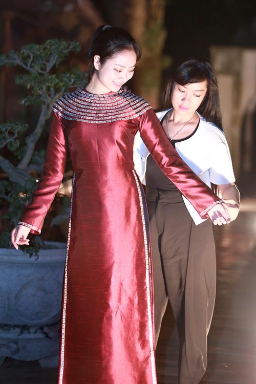 Hoa hậu Ngọc Anh duyên dáng với áo dài khảm trai - 1