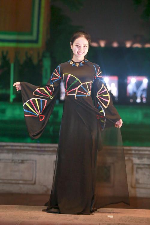 Hoa hậu Ngọc Anh duyên dáng với áo dài khảm trai - 5