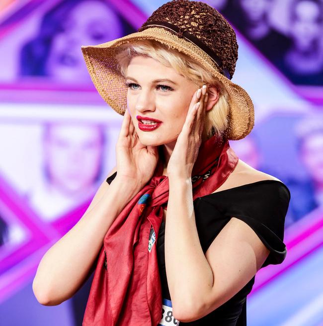 Chloe Jasmine là nữ ca sỹ sinh năm 1991 ở hạt & nbsp;Somerset, thuộc miền Tây Nam nước Anh. Lần đầu tiên & nbsp;Chloe Jasmine tham gia làng giải trí nước Anh là năm 2006, khi xuất hiện tại cuộc thi X-Factor (Nhân tố bí ẩn) trên truyền hình. & nbsp;Nữ ca sỹ đang là một trong những ngôi sao mới nổi gây chú ý nhất nhì làng nhạc Anh Quốc hiện nay.