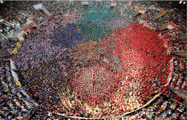 Castells hay còn gọi là lễ hội dựng tháp người, đã xuất hiện từ cách đây 200 năm và do các vũ công tạo nên.
