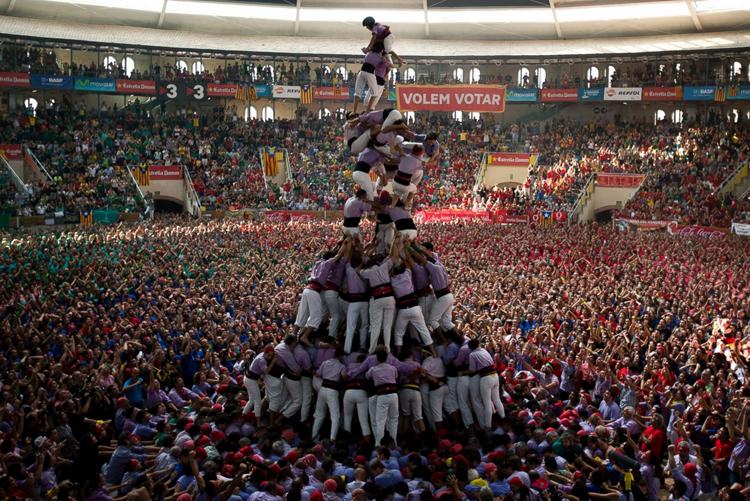 Bên cạnh hoạt động chính là dựng tháp, tại đây còn tổ chức các buổi diễu hành, nhảy múa, ca hát, hòa nhạc và bắn pháo hoa.