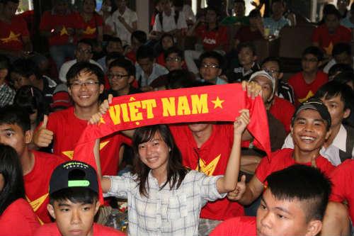 CĐV Việt Nam ngấm nỗi buồn cùng U19 - 3