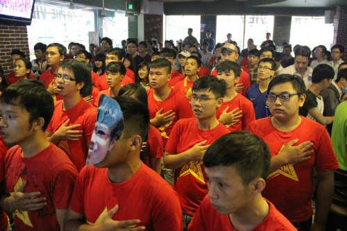 CĐV Việt Nam ngấm nỗi buồn cùng U19 - 4