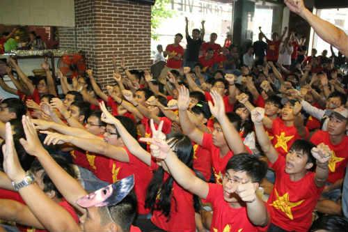 CĐV Việt Nam ngấm nỗi buồn cùng U19 - 5