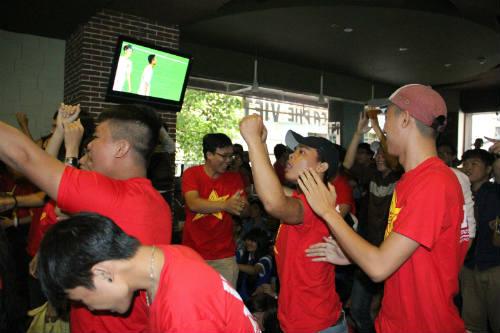 CĐV Việt Nam ngấm nỗi buồn cùng U19 - 6