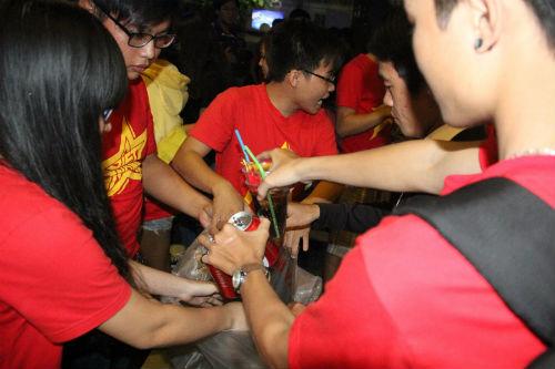 CĐV Việt Nam ngấm nỗi buồn cùng U19 - 15