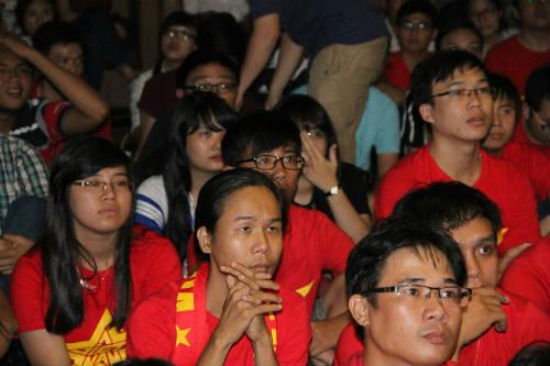 CĐV Việt Nam ngấm nỗi buồn cùng U19 - 10