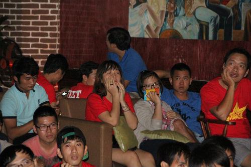 CĐV Việt Nam ngấm nỗi buồn cùng U19 - 13