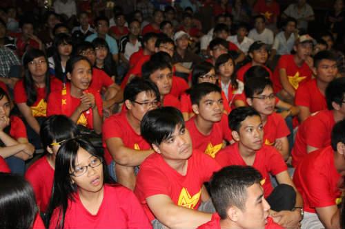 CĐV Việt Nam ngấm nỗi buồn cùng U19 - 14
