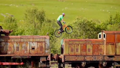 Tuyệt đỉnh VĐV đi xe đạp trên ray, bay trên nóc nhà - 1