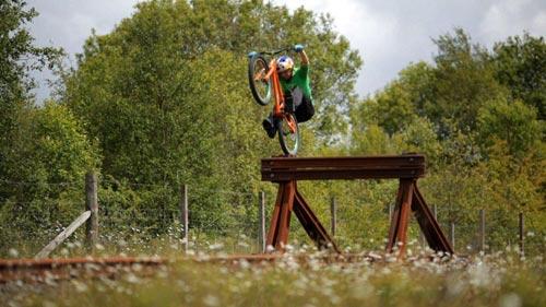 Tuyệt đỉnh VĐV đi xe đạp trên ray, bay trên nóc nhà - 4