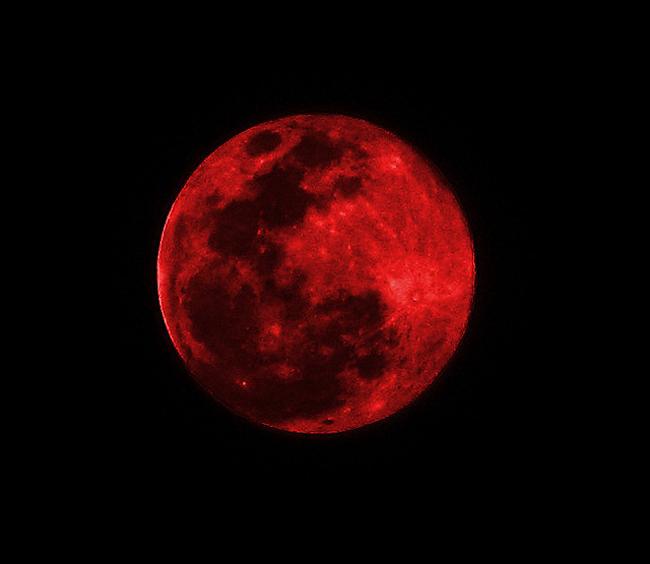 Trăng máu hay còn gọi là trăng đỏ (blood moon) là hiện tượng nguyệt thực toàn phần khi mặt trời, trái đất và mặt trăng cùng nằm trên một đường thẳng. Mặt trăng sẽ bị bóng của trái đất che phủ hoàn toàn khiến cho Mặt Trời không thể chiếu trực tiếp vào nó. Lúc này, Mặt Trăng sẽ thay đổi nhiều màu sắc khác nhau do hiện tượng tán xạ.