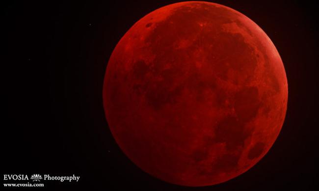 Những cuốn sách kinh thánh của Thiên chúa giáo từng cho rằng khi mặt trăng máu xuất hiện đó lúc ngày tận thế sẽ đến. Thực chất, đây chỉ là một hiện tượng thiên văn kỳ thú hiếm gặp.