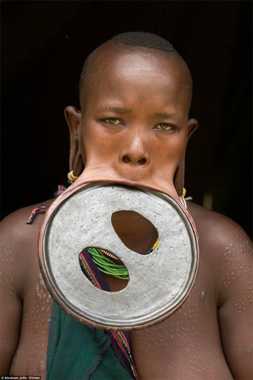 Sốc với cô gái đeo chiếc đĩa rộng 20cm trên môi - 1