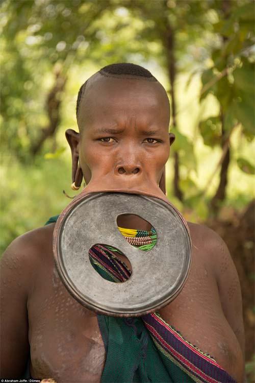 Sốc với cô gái đeo chiếc đĩa rộng 20cm trên môi - 2