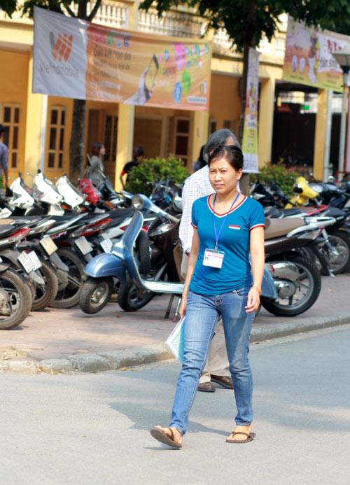 Sinh viên HN mặc quần soóc, dép lê tới giảng đường - 16