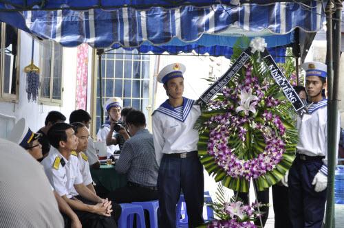 Vợ chiến sĩ nhà giàn khóc ngất trong đám tang chồng - 7