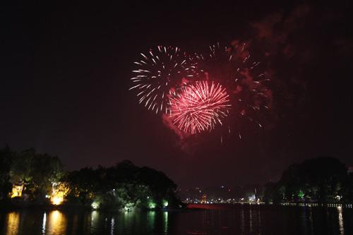 Pháo hoa rực sáng trên bầu trời Thủ đô - 1