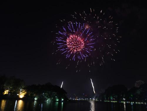 Pháo hoa rực sáng trên bầu trời Thủ đô - 6