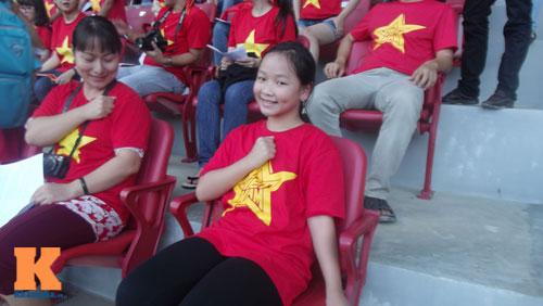 Fan nữ 10 tuổi hò hét lạc giọng cổ vũ U19 Việt Nam - 2