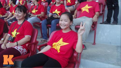 Fan nữ 10 tuổi hò hét lạc giọng cổ vũ U19 Việt Nam - 3