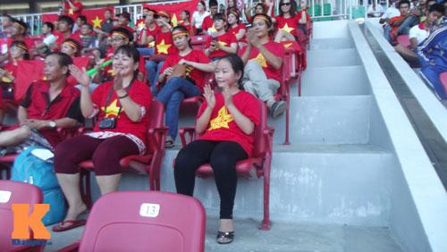 Fan nữ 10 tuổi hò hét lạc giọng cổ vũ U19 Việt Nam - 1