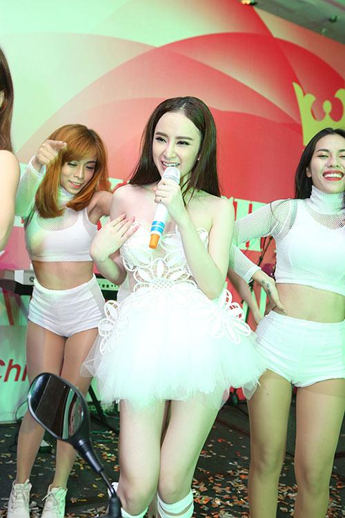 Sau án phạt, Angela Phương Trinh lại biểu diễn táo bạo - 1
