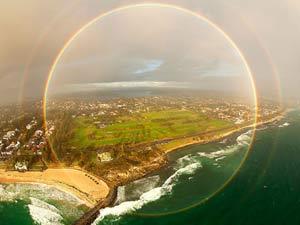 Ảnh ấn tượng: Cầu vồng hình tròn trên bãi biển