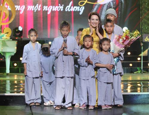 Phi Nhung khóc cạn nước mắt trong liveshow - 13
