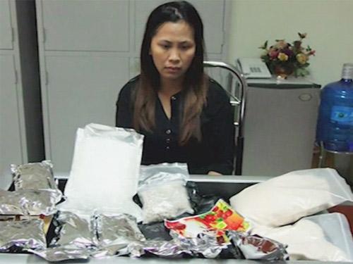 Kiều nữ giấu 5 kg ma túy đá trong đồng hồ tranh điện tử - 1