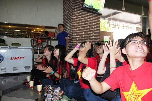 """Nhìn lại phút """"phát cuồng"""" của fan Việt dõi theo U19 - 2"""