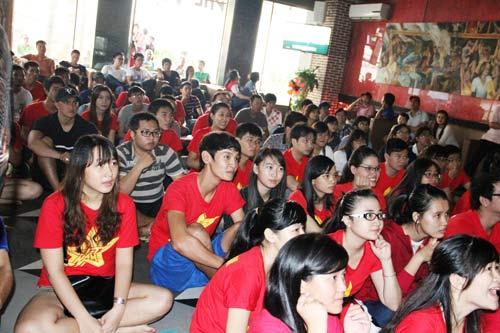 """Nhìn lại phút """"phát cuồng"""" của fan Việt dõi theo U19 - 1"""
