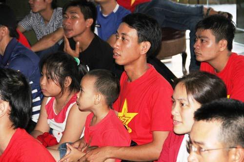 """Nhìn lại phút """"phát cuồng"""" của fan Việt dõi theo U19 - 3"""