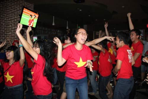 """Nhìn lại phút """"phát cuồng"""" của fan Việt dõi theo U19 - 5"""