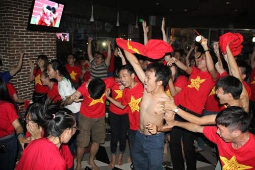 """Nhìn lại phút """"phát cuồng"""" của fan Việt dõi theo U19 - 7"""