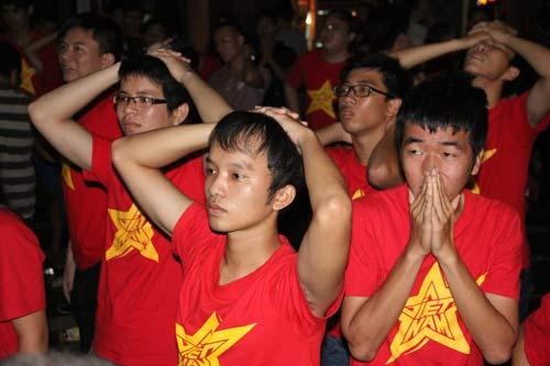 """Nhìn lại phút """"phát cuồng"""" của fan Việt dõi theo U19 - 10"""