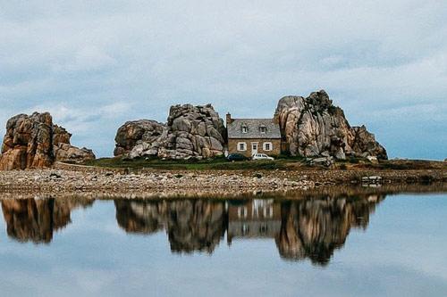 """Đến Pháp xem ngôi nhà """"mắc kẹt"""" giữa hai tảng đá - 1"""
