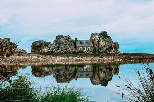 """Đến Pháp xem ngôi nhà """"mắc kẹt"""" giữa hai tảng đá - 2"""