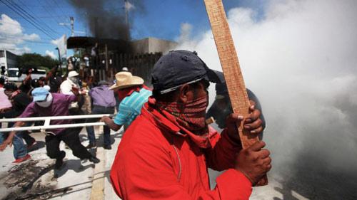 Mexico: Dân nổi loạn đốt rụi trụ sở chính quyền - 1